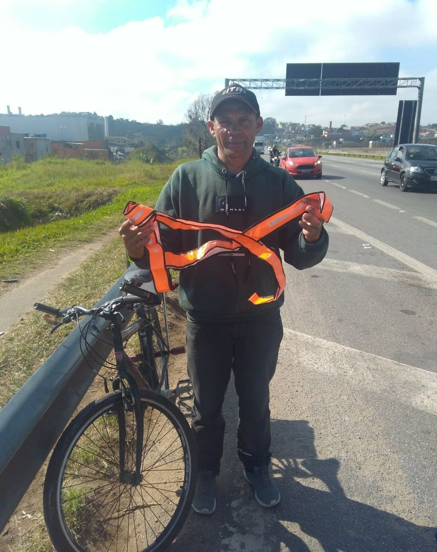 distribuicao-coletes-refletores-para-ciclistas-na-rodovia-ayrton-senna